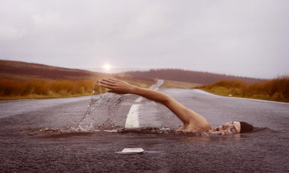 swimmer-1678307_1920